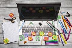 Laptop mit Buchstaben und Büro- oder Studentengang Lizenzfreies Stockfoto