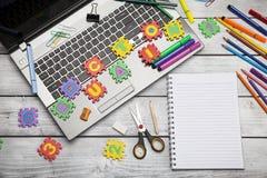 Laptop mit Buchstaben und Büro- oder Studentengang Stockfotografie