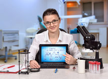 Laptop mit chemischer Reaktion des Entwurfs auf Schirm lizenzfreie stockbilder