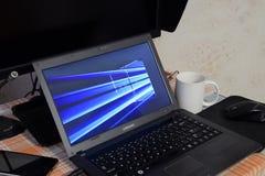 Laptop mit dem Betriebssystemlogo angezeigt auf dem Schirm Windows 10 Lizenzfreie Stockfotos