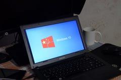Laptop mit dem Betriebssystemlogo angezeigt auf dem Schirm Windows 10 Stockbilder