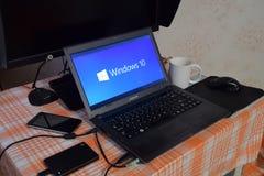 Laptop mit dem Betriebssystemlogo angezeigt auf dem Schirm Windows 10 Lizenzfreie Stockbilder
