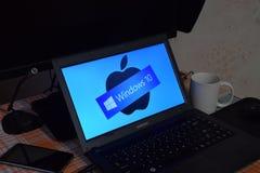 Laptop mit dem Betriebssystemlogo angezeigt auf dem Schirm Windows 10 Lizenzfreie Stockfotografie