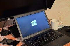 Laptop mit dem Betriebssystemlogo angezeigt auf dem Schirm Windows 10 Stockbild