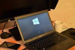 Laptop mit dem Betriebssystemlogo angezeigt auf dem Schirm Windows 10 Lizenzfreies Stockbild