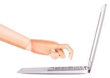 Laptop mit der hölzernen Hand lokalisiert Lizenzfreie Stockfotografie