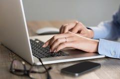 Laptop mit der Hand 1 getrennt Lizenzfreies Stockfoto