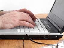 Laptop mit der Hand 1 getrennt Stockbilder