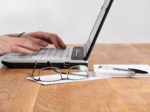 Laptop mit der Hand 1 getrennt Lizenzfreie Stockbilder