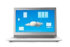 Laptop mit der Wolke, die auf Schirm rechnet Stockbild