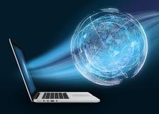 Laptop mit digitaler Kugel gegen dunklen Hintergrund Die Absorption des Planeten stockfotografie