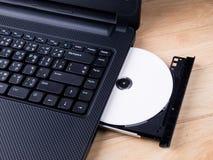 Laptop mit dvd Scheibe Stockbild