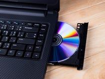 Laptop mit dvd Scheibe Stockfotografie
