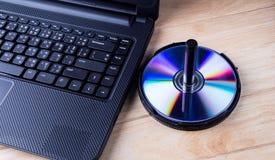 Laptop mit dvd Scheibe Stockfotos