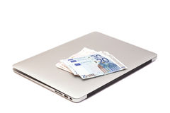 Laptop mit Eurogeld Stockfotos