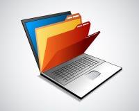 Laptop mit Faltblättern Stockfotografie