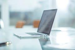 Laptop mit Finanzdiagramm auf dem Schirm am Arbeitsplatz des Geschäftsmannes Stockbild