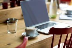 Laptop mit frischem Tasse Kaffee Lizenzfreie Stockfotos