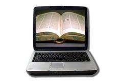 Laptop mit geöffnetem Buch auf Bildschirm Stockfotos
