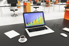Laptop mit Geschäftsdiagramm auf einem Schirm, einem Tasse Kaffee und einem Büro Lizenzfreie Stockfotos