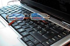 Laptop mit Gläsern Stockbilder