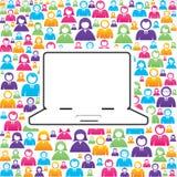 Laptop mit in Gruppe von Personen Lizenzfreie Stockfotos
