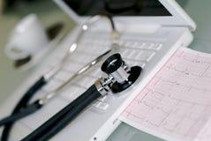 Laptop mit integriertem EKG Lizenzfreies Stockbild