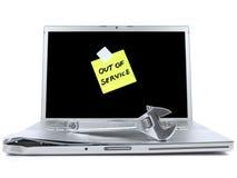 Laptop mit klebriger Anmerkung und Hilfsmittel Stockfotografie