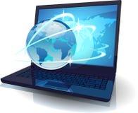 Laptop mit Kugel und Karte der Welt und der Bahnen Lizenzfreie Stockbilder