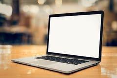 Laptop mit leerem Bildschirm auf der Tabelle - winklig lizenzfreie stockfotografie