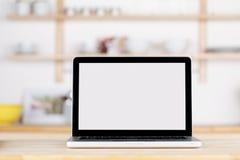 Laptop mit leerem Bildschirm auf Küchenarbeitsplatte Stockfotografie