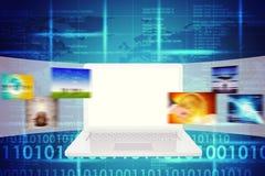 Laptop mit leerem Bildschirm und Weltkarte Stockfotos