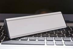 Laptop mit leerem Zeichen für Ihren Text Stockfotografie