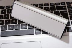 Laptop mit leerem Zeichen für Ihren Text Lizenzfreies Stockbild