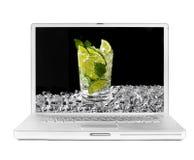 Laptop mit mojito und Eis auf dem Bildschirm Stockbilder