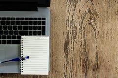 Laptop mit Notizbuch Lizenzfreies Stockfoto