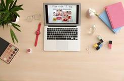 Laptop mit offenem Mode Bloggerstandort auf Tabelle lizenzfreies stockbild
