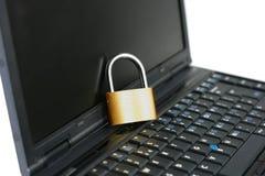Laptop mit verschlossenem geschlossenem Vorhängeschloß lizenzfreie stockfotos
