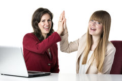 Laptop mit zwei Frauen Lizenzfreie Stockfotos