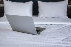 Laptop na białej łóżkowej pracie w domu zdjęcie stock