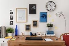 Laptop na biurku obrazy stock