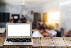 Laptop na drewnianych półkach z zamazanym tłem Zdjęcia Royalty Free