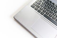 Laptop na drewnianym biurku Biały technologiczny tło Odgórnego widoku kopia zdjęcia royalty free