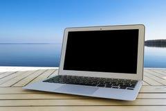 Laptop na drewnianym stole Frontowy widok na ocean tropikalna tło wyspa Otwartego pustego laptopu pusta przestrzeń Frontowy widok Obrazy Royalty Free
