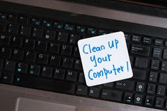 Laptop na drewnianym stole z notatką CZYŚCI UP TWÓJ komputer Obraz Stock