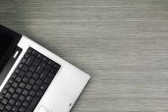 Laptop na drewno stole, Zamyka up przy laptop klawiaturą Obraz Royalty Free