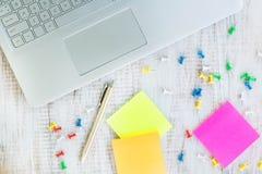 Laptop na mesa de madeira branca do trabalho de escritório com papel e Pe Foto de Stock