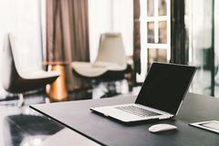 Laptop na praca stole w nowożytnym luksusowym współczesnym biurze Korporacyjny biznes, internet technologie informacyjne pojęcie obraz stock