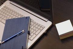 Laptop na stole z notatką zdjęcia stock