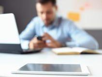 Laptop na tabela do escritório com pena e a tabuleta digital Fotografia de Stock